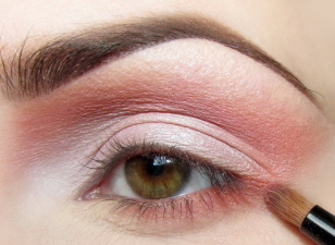 Ten sam pastelowy kolor nakładam na dolnej powiece kończąc w 1/3 długości oka. W zewnętrznym kąciku łączę z kolorem nałożonym w załamaniu.