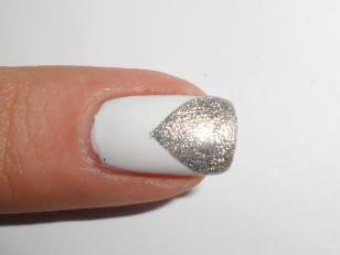 Odklej taśmę zaraz po pomalowaniu płytki srebrnym lakierem, dzięki temu łatwiej otrzymać proste linie