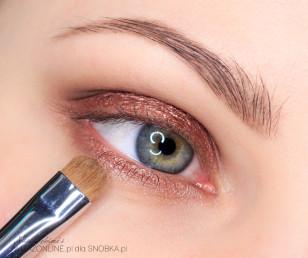 Dolną powiekę pokryj na całej długości jasnobrązowym, metalicznym cieniem.
