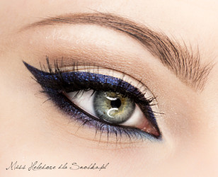 Gotowe! Usta możesz pomalować szminą w kolorze fuksji - wówczas dopełnisz look Rihanny.
