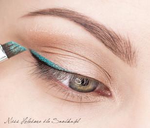 Zmieszajcie turkusowy cień z płynem Duraline i tak powstały eyeliner nałóżcie nad czarną kreską namalowaną cieniem.