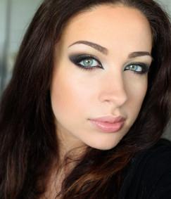 Boki twarzy mocno zaznacz bronzerem, usta pomaluj neutralną szminka i pokryj błyszczykiem