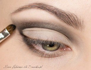 Mark the outer corner, creating a delicate oblique line extending along the points designated by the outer corner of the eye and the tip of the eyebrows.  Drag the shade on the lower eyelid,