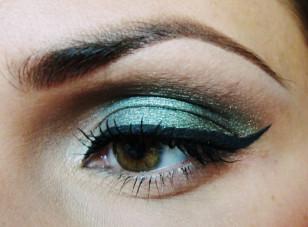 Zrób kreskę eyelinerem i wytuszuj rzęsy