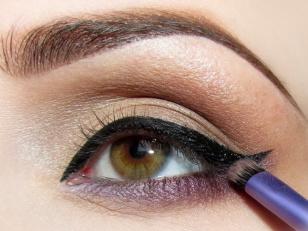 W miejscu gdzie eyeliner styka się z fioletem delikatnie rozcieram kreskę zostawiając jednak ostre zakończenie.