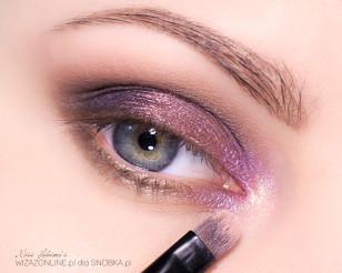 Wewnętrzny kącik oka zaakcentuj fioletowo-różowym pigmentem i dodaj do niego nieco złotego cienia.