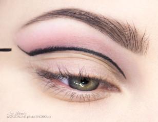 Wzmocnij kontur przy użyciu eyelinera.