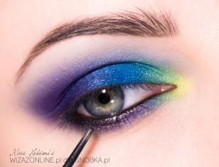 Linię wodną w oku pomaluj czarnym kholem.