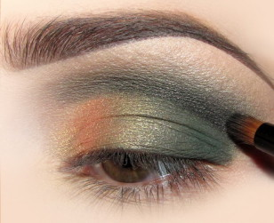 Załamanie powieki na całej długości zaznaczam czarnym cieniem. Doda to głębi spojrzeniu o przyciemni odrobinę makijaż.