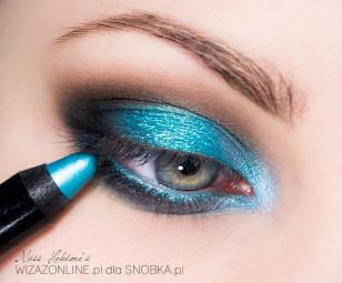 Linię wodną w oku pokryj turkusową kredką.