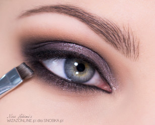 Nałóż czerń na dolną powiekę, starając się rozetrzeć jej granice, by nie było widocznego wyraźnego odcięcia czerni od skóry.
