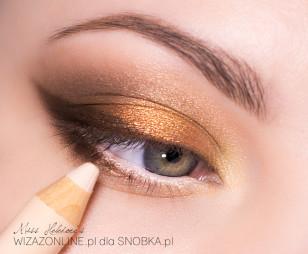 Wzdłuż linii rzęs namaluj ciemnym brązowym cieniem kreskę, przeciągnij ją na zewnętrzny obszar dolnej powieki, a linię wodną w oku rozświetl cielista kredką.
