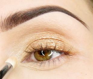 Zewnętrzną część oka przyciemniam głębokim perłowym brązem. Granice powyżej załamania rozcieram palcem