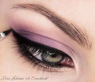 Wzdłuż górnej linii rzęs maluję grubą kreskę żelowym eyelinerem, która pogrubia się w kierunku zewnętrznego kącika oka. Na końcu maluję szpic uniesiony ku górze. To nada oczom kociego wyglądu i sexapilu!