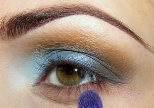 Odrobiną cienia, którym przyciemniałaś zewnętrzny kącik muśnij dolną powiekę aż do końca oka.