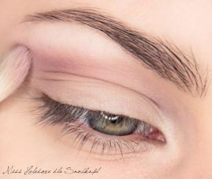 Średnim fioletem, wpadającym w wrzosowy kolor, zaznaczam załamanie powieki. Wewnętrzny kącik oka i łuk brwiowy rozświetlam mieszanką bladego beżu i jasnego różu.