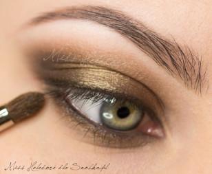 Nałóż ten sam złoty cień na dolną linię rzęs. Zewnętrzny kącik oka zaakcentuj odrobiną czerni zmieszanej z ciemnym złotem.