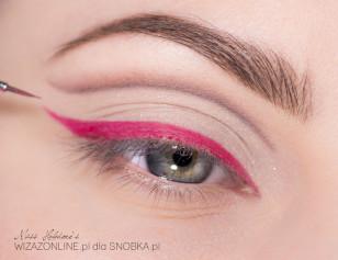 Wzdłuż górnej linii rzęs poprowadź różową kreskę, Ja w tym celu zmieszałam różowy cień i Inglot Duraline.
