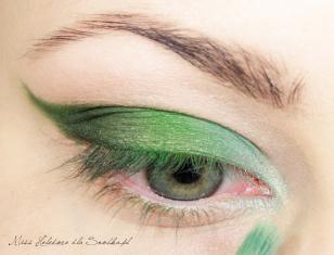 Wewnętrzny kącik pokrywam jasnym, niebiesko-zielonym, matowym cieniem, a następnie rozświetlam go biała perłą.