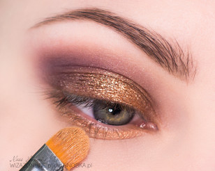 Na środek górnej powieki i dół oka nałóż miedziany, metaliczny cień - to doda blasku Twojemu spojrzeniu!