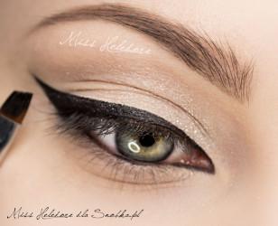 Wypełnij szkic czarnym eyelinerem. Pokryj nim też linię wodną.