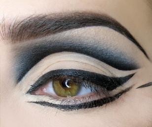 Na dolnej powiece maluję kreskę eyelinerem tak, aby była ona oddalona od linii rzes o ok. 3-4 mm