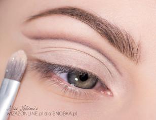 Aby kreska mocniej odcinała się od dolnej części oka, wcześniej nałożony matowy cielisty cień, wzmocnij piłyskującym pigmentem.