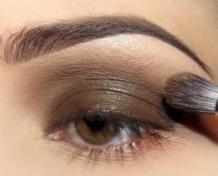 Na całą powiekę ruchomą nakładam brązowy żelowy eyeliner i rozcieram go delikatnie ponad załamaniem