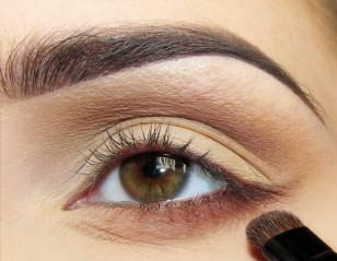Płaskim pędzelkiem o krótko sciętych, sztywnych włoskach zaznaczam dolną powiekę do połowy długości i wyciągam cień odrobinę poza kontur oka.