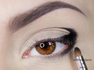 Precyzyjnym pędzelkiem na wcześniej namalowany kontur nakładam czarny cień (Too Faced Naked Eye Stiletto)