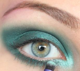 W wewnętrznym kąciku oka nanieś jasny, turkusowy cień.