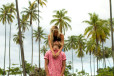 Lost in Moorea Island. Plażowa kolekcja Jay Alvarrez i Alexis Ren dla Pull & Bear