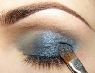 Na zewnętrzną część oka do 2/3 długości nałóż ciemny niebieski połyskujący cień.