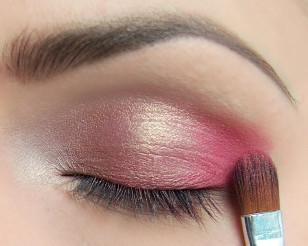Na zewnętrzny kącik nałóż mocny różowy, a następnie rozetrzyj granice między kolorami.