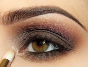 Eyeliner na dolnej powiece pokrywam brązem a wewnętrzne kąciki rozświetlam beżowym perłowym cieniem