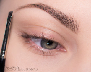 Podkreśl brwi. Są one nieodłącznym elementem makijażu oczu.