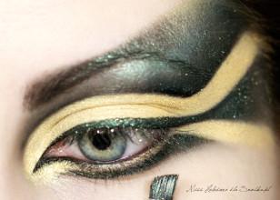 Wzmacniam eyeliner tym samym, ciemnozielonym cieniem. Podkreślam też wewnętrzny łuk oka, oraz brwi.