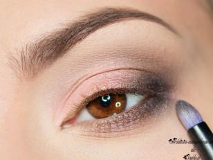 Zewnętrzny kącik przyciemniam czarnym cieniem (Too Faced Naked Eye Stiletto)