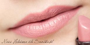 Usta maluję pomadką w kolorze zgaszonego różu. Policzki muskam delikatnie rozświetlającym różem. Gotowe!