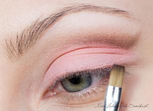 """Wzdłuż załamania powieki, zaczynając od zewnętrznego kącika oka, maluję ciemnobrązową linię. W zewnętrznym odcinku łuku brwiowego tworzę literę """"v"""" z użytego cienia."""