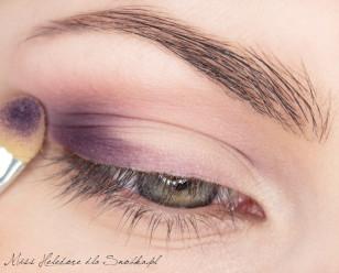 """Zewnętrzny kącik oka akcentuję ciemnym fioletem, tworząc literę """"C"""" wzdłuż linii rzęs i w załamaniu powieki."""